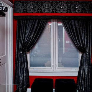 Modelo de dormitorio principal, clásico, de tamaño medio, sin chimenea, con paredes rojas y moqueta