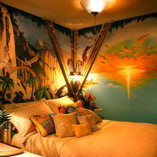 Ispirazione per una camera da letto stile marinaro di medie dimensioni con pareti multicolore e nessun camino
