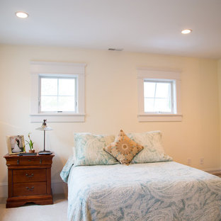 Modelo de dormitorio principal, clásico, de tamaño medio, con paredes amarillas, moqueta y suelo marrón