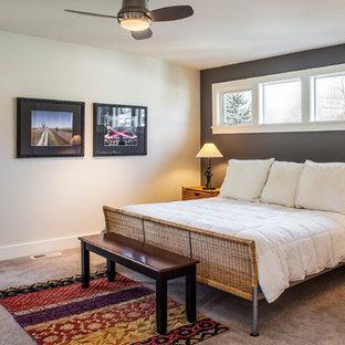 Réalisation d'une grand chambre craftsman avec un mur gris et un sol beige.