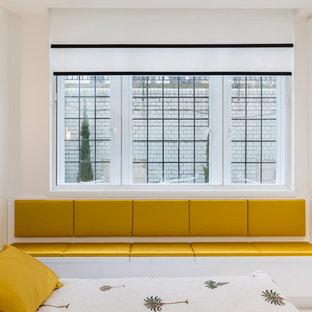 Неиссякаемый источник вдохновения для домашнего уюта: маленькая хозяйская спальня в современном стиле с белыми стенами, полом из керамической плитки и белым полом без камина