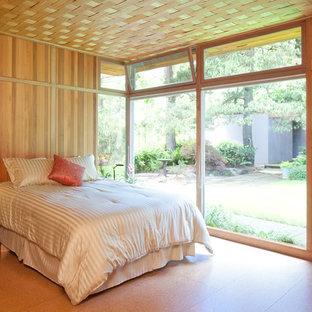 Modelo de dormitorio principal, retro, de tamaño medio, con suelo de corcho
