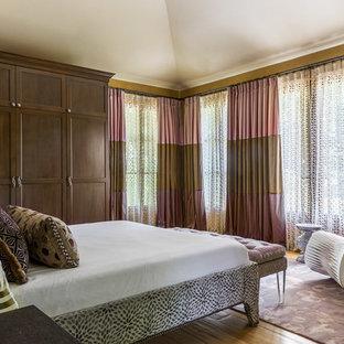 Diseño de dormitorio principal, ecléctico, grande, sin chimenea, con paredes amarillas, suelo de madera clara y suelo amarillo