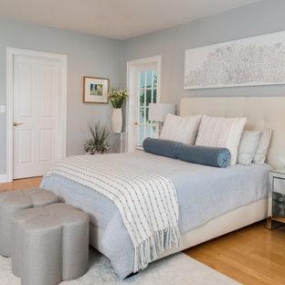 Modelo de dormitorio principal, clásico renovado, de tamaño medio, con suelo de madera clara, suelo naranja y paredes azules