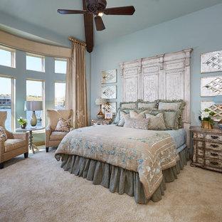 Immagine di un'ampia camera matrimoniale shabby-chic style con pareti blu, moquette e nessun camino