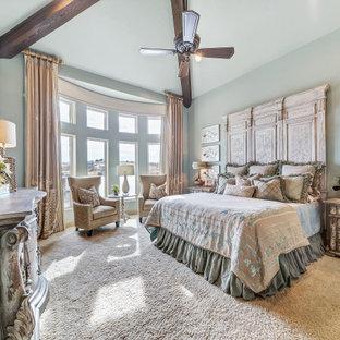 Свежая идея для дизайна: огромная хозяйская спальня в средиземноморском стиле с зелеными стенами, ковровым покрытием и белым полом - отличное фото интерьера