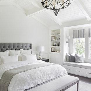 バンクーバーのトランジショナルスタイルのおしゃれな寝室 (白い壁、濃色無垢フローリング、茶色い床、三角天井)
