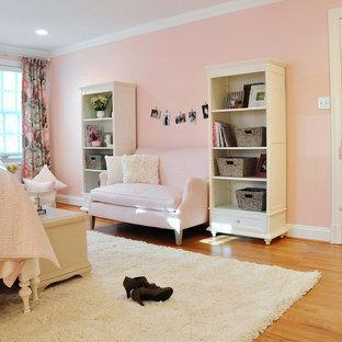 Idéer för ett stort eklektiskt sovrum, med rosa väggar och mellanmörkt trägolv