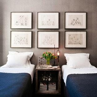 Diseño de habitación de invitados ecléctica, de tamaño medio, sin chimenea, con paredes grises y suelo de madera oscura