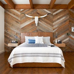 Exempel på ett amerikanskt huvudsovrum, med vita väggar och mörkt trägolv