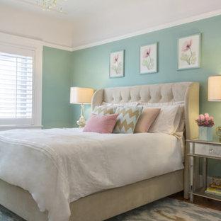 Immagine di una camera da letto tradizionale con pareti verdi e parquet chiaro