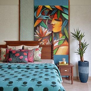 Imagen de habitación de invitados tropical con paredes grises y suelo beige