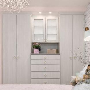 Ejemplo de dormitorio contemporáneo, pequeño, con paredes rosas, suelo de madera clara y suelo marrón