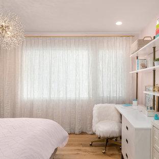 Diseño de dormitorio contemporáneo, pequeño, con paredes rosas, suelo de madera clara y suelo marrón