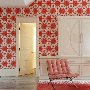 Diseño de dormitorio de estilo de casa de campo con paredes rojas, suelo de madera en tonos medios y suelo gris