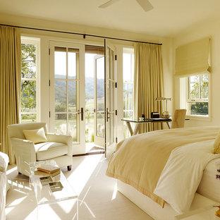 Klassisk inredning av ett sovrum, med beige väggar, heltäckningsmatta och vitt golv