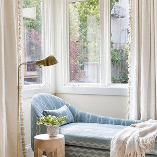 Modelo de dormitorio principal, bohemio, con paredes beige, moqueta y suelo beige