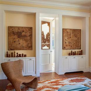サンフランシスコの中くらいのトランジショナルスタイルのおしゃれな主寝室 (黄色い壁、無垢フローリング) のインテリア