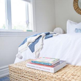 Ejemplo de habitación de invitados marinera, de tamaño medio, sin chimenea, con paredes grises, suelo vinílico y suelo marrón