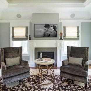 ボストンの大きいコンテンポラリースタイルのおしゃれな主寝室 (青い壁、無垢フローリング、標準型暖炉、木材の暖炉まわり、茶色い床) のレイアウト