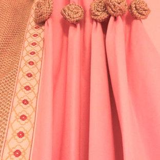 Immagine di una piccola camera degli ospiti classica con pareti rosa, moquette e nessun camino