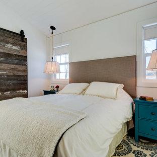 Diseño de dormitorio principal, campestre, con paredes blancas