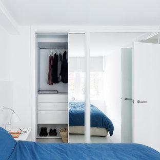 Идея дизайна: хозяйская спальня среднего размера в скандинавском стиле с белыми стенами и светлым паркетным полом