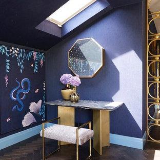 ロンドンの中サイズのアジアンスタイルのおしゃれな寝室 (紫の壁、濃色無垢フローリング、暖炉なし、茶色い床) のインテリア