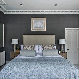 Esempio di una camera da letto classica con pareti nere, moquette, camino classico e pavimento grigio