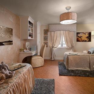 Diseño de habitación de invitados tradicional, de tamaño medio, sin chimenea, con paredes multicolor y suelo de madera en tonos medios
