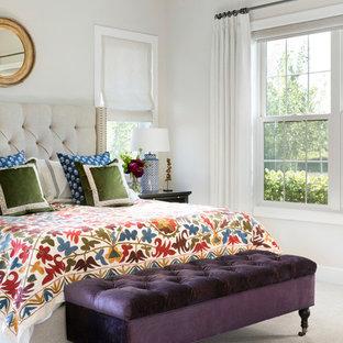 Ispirazione per una camera da letto classica con pareti bianche, moquette e pavimento bianco