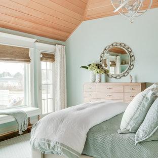 ポートランド(メイン)のビーチスタイルのおしゃれな寝室 (緑の壁、青い床) のインテリア