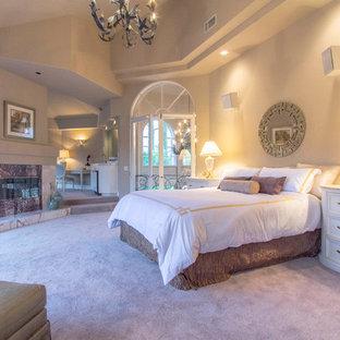 Immagine di una grande camera matrimoniale design con pareti beige, moquette, camino lineare Ribbon, cornice del camino piastrellata e pavimento rosa