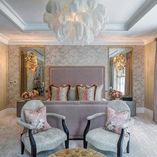 Modernes Hauptschlafzimmer ohne Kamin mit bunten Wänden, Teppichboden, grauem Boden, eingelassener Decke und Tapetenwänden in Surrey