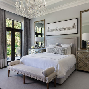 Стильный дизайн: хозяйская спальня в стиле современная классика с серыми стенами и темным паркетным полом без камина - последний тренд