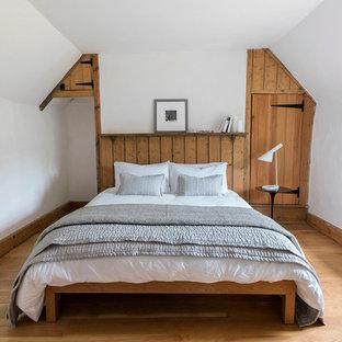 Lantlig inredning av ett sovrum, med vita väggar