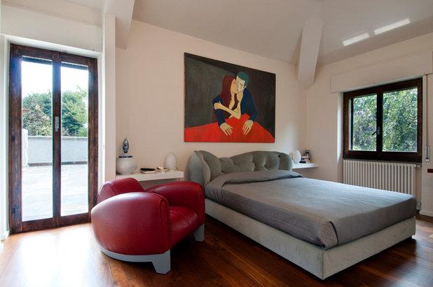 Un tocco d'amore per la camera da letto con opere d'arte alle pareti