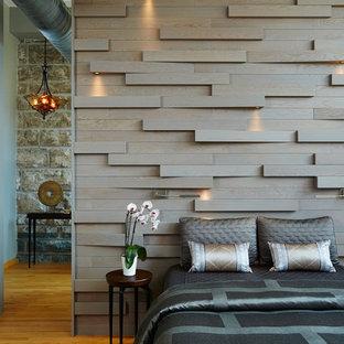 Ejemplo de dormitorio principal, urbano, pequeño, con paredes marrones y suelo de madera en tonos medios
