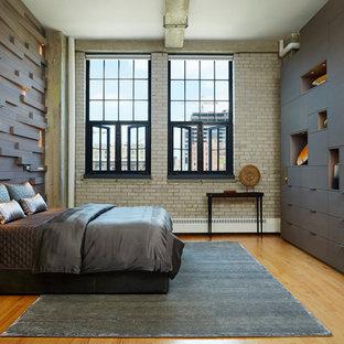 Idee per una camera matrimoniale industriale con pareti marroni, pavimento in legno massello medio e nessun camino