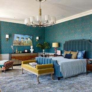 Diseño de dormitorio tradicional renovado con paredes azules, suelo de madera en tonos medios y suelo marrón