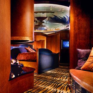 Immagine di una camera da letto boho chic con moquette e pavimento multicolore