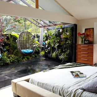 Inspiration för ett tropiskt sovrum, med beige väggar