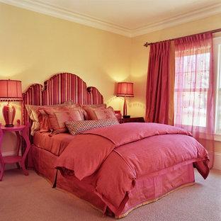 Стильный дизайн: спальня в стиле фьюжн с желтыми стенами, ковровым покрытием и розовым полом - последний тренд