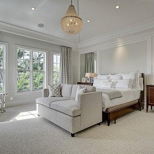 Großes Klassisches Hauptschlafzimmer ohne Kamin mit grauer Wandfarbe, Teppichboden und weißem Boden in Miami