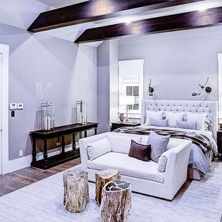 Imagen de dormitorio principal, clásico renovado, grande, con paredes grises y suelo de madera en tonos medios