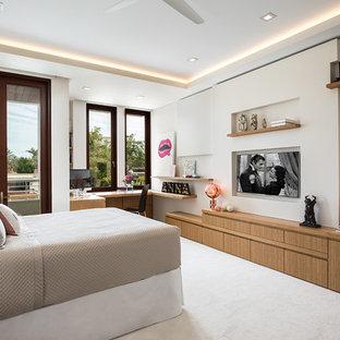 Esempio di un'ampia camera matrimoniale stile marinaro con moquette, pavimento beige, pareti beige e nessun camino