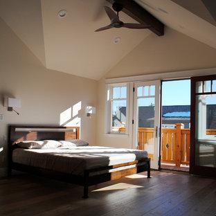 Esempio di una grande camera matrimoniale american style con pavimento in legno massello medio e pareti beige