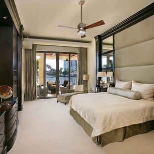 マイアミのコンテンポラリースタイルのおしゃれな寝室 (ベージュの壁、カーペット敷き、暖炉なし、ベージュの床) のインテリア