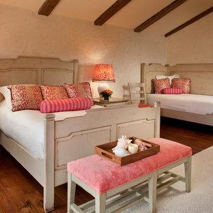 Immagine di una camera da letto mediterranea con pareti beige e parquet scuro