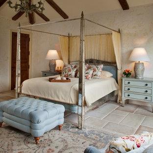 Mittelgroßes Mediterranes Hauptschlafzimmer ohne Kamin mit beiger Wandfarbe und Keramikboden in Sonstige